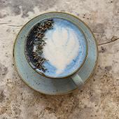 Le Blue Latte de la Maison Nomade avec Lait d'amande, Spiruline bleue, gousse de vanille et pétales de lavande