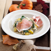Plat de Risotto au potiron avec jambon de parme, oignon, ail, huile d'olive, riz arborio, feuilles de sauge