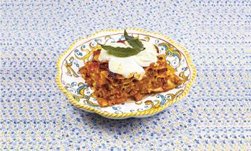 Plat de Lasagnes bolognaise avec porc haché, bœuf haché, veau haché, céleri, carotte, romarin, feuilles de sauge, noix de muscade, béchamel