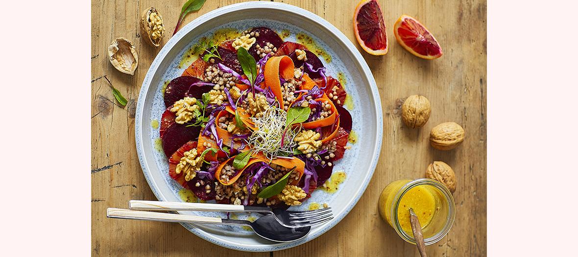 Salade healthy de cerneaux de noix, chou rouge, graines de sarrasin, carottes,