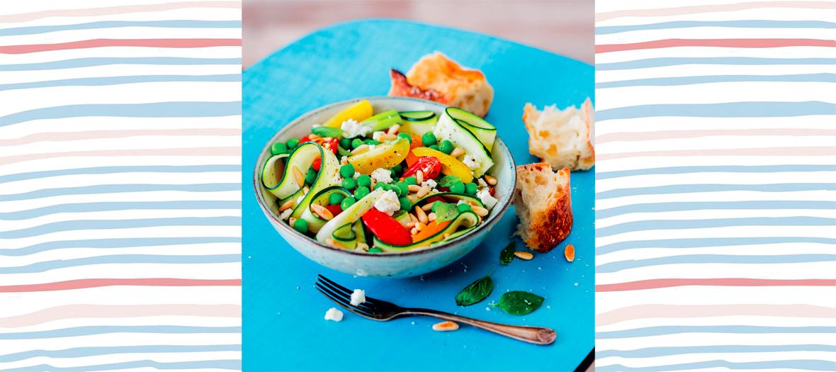 Recette de salade avec petits pois, courgettes, tomates, pignons de pin, feta