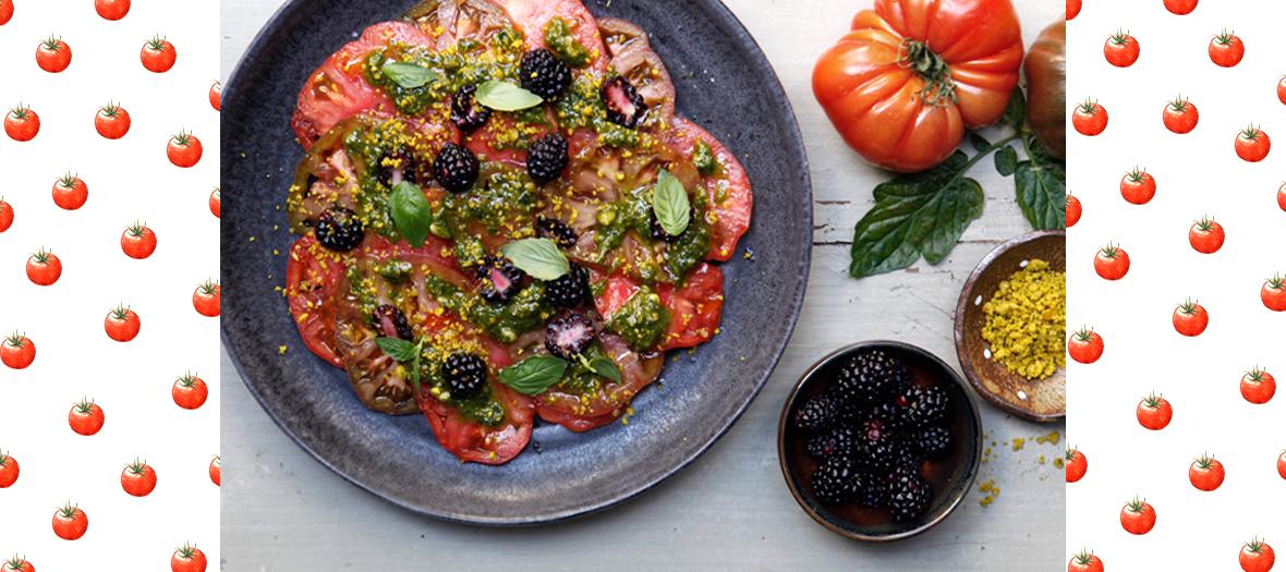 Une salade de tomates, de basilic, pistaches, fleur de sel et de poivre