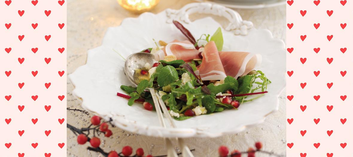 Une salade de jambon de parme, grenades, feuille de menthe, Stilton blanc, amandes grillées et feuilles de salade mélangées
