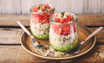 salades de quinoa aux cranberries, avocat, tomates, feuilles de coriandre, guacamole, jus de citron, huile d'olive