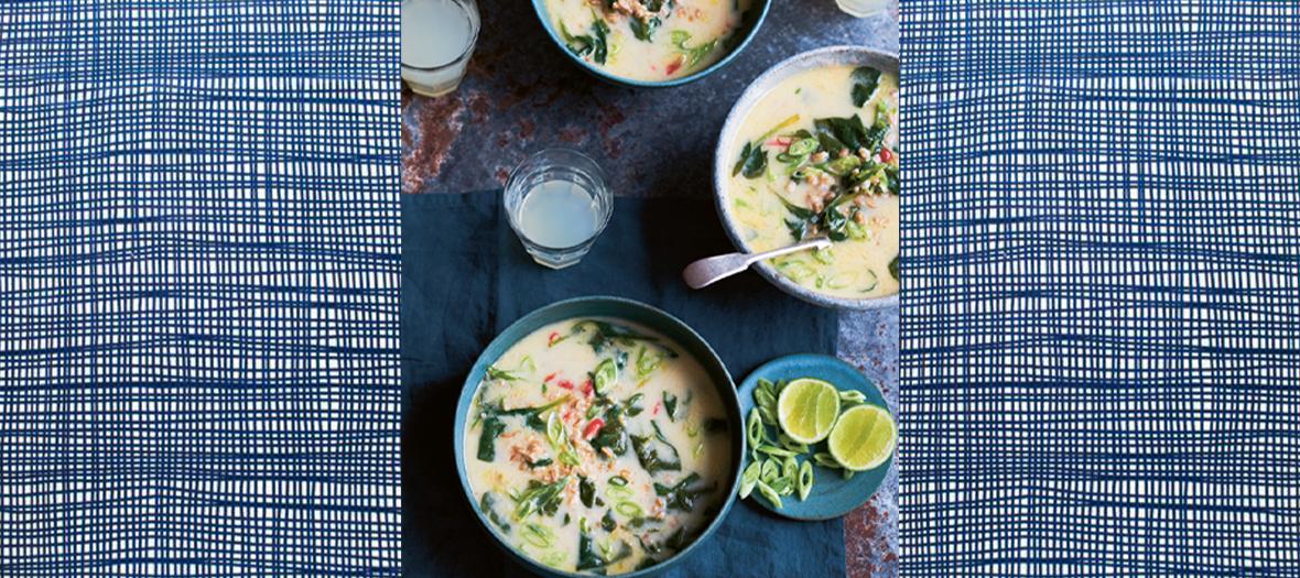 La soupe au lait de coco avec du gingembre, ciboules, piments, jus de citron vert