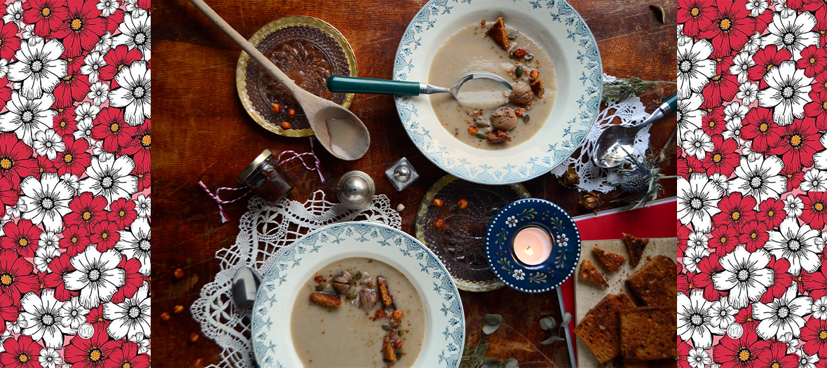 Plats de veloute aux marrons avec des pois chiches, marrons cuits, graines de courge, pains d'épices, gousses d'ail , chou-fleur, paprika et huile d'olive