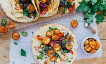 Tacos végétarien au mirabelles de la saison, oignons rouges, poivron rouge, feuilles de persil, piment jalapeño