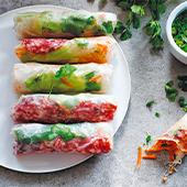 Rouleaux de Printemps avec galettes de riz, feuilles de laitue, feuilles de menthe, salade, carotte,pistaches, germes de soja, coriandre fraîches, sauce Nuoc-mâm
