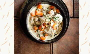 Une blanquette de veau avec carottes, oignons, clous de girofle, vert de poireau, feuille de laurier, champignons