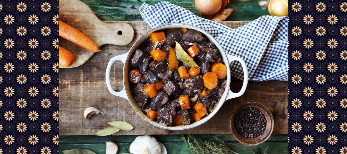 Civet de sanglier avec carottes, ail, oignon, clous de girofle, thym, laurier, pommes de terre, bouillon de bœuf