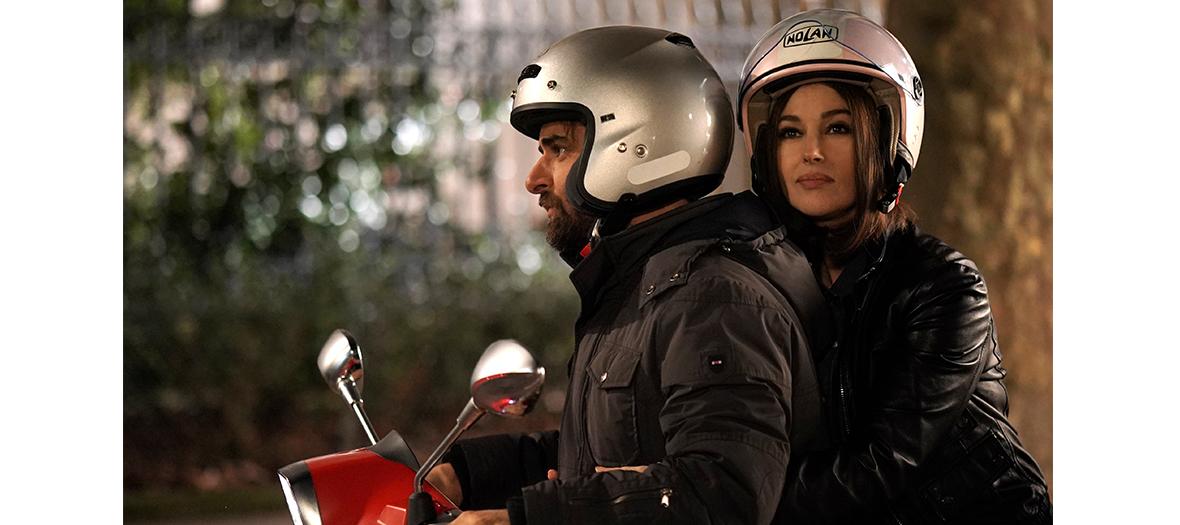 Les acteurs Gregory Montel et Camille Cottin à moto