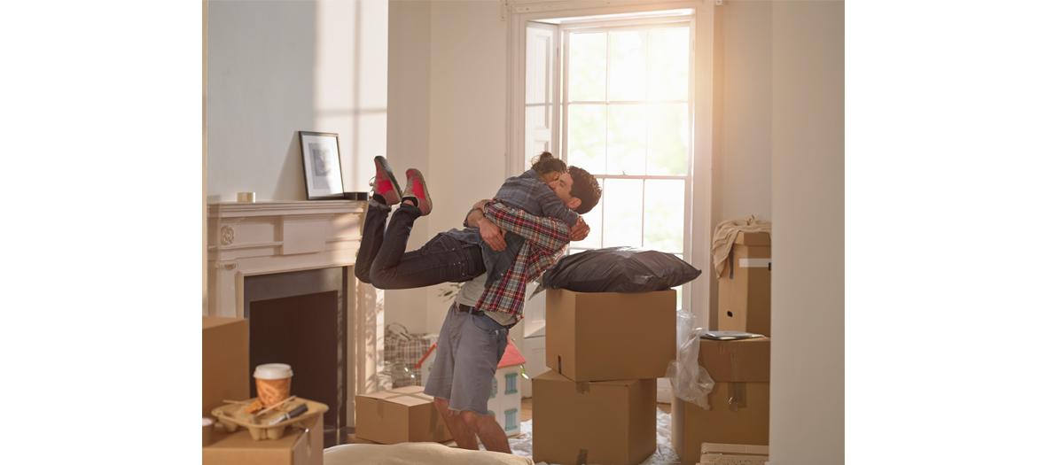 Couple en plein déménagement dans leur salon