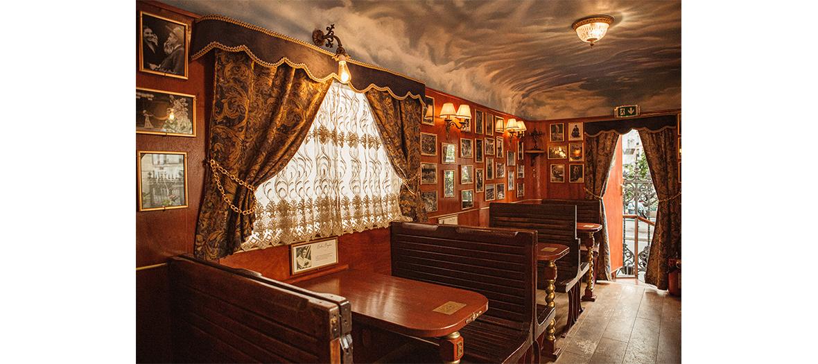 Intérieur de la Roulotte du Gypsy café du cirque Bouglione au cirque d'hivers à Paris