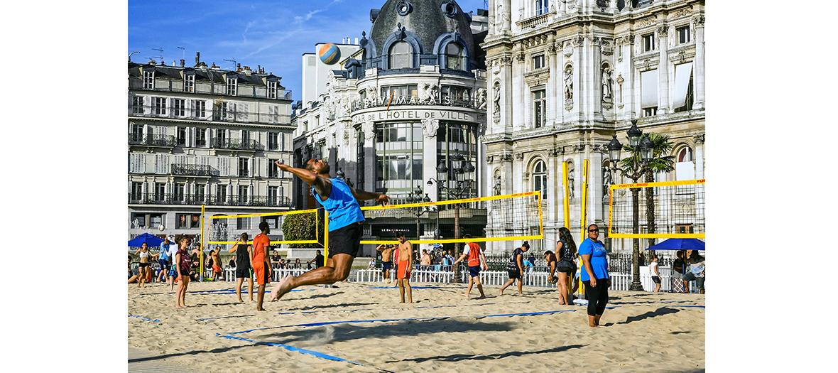 Paris Plages, tournois de beach volley à l'Hôtel de Ville