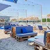 Plage à Levallois-Perret avec sable, transats et parasols