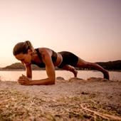Faire du sport en vacances, squat, pompes, gainage, squat jump, crunchs, élévation bassin, développer épaule, triceps chaise
