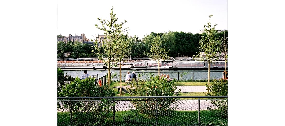 Bronzette aux Jardins de l'Archipel des Berges de Seine Niki de Saint Phalle