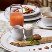 Brunch, goûter entre mère et fille, brunch chez Angelina crêpe, jus de fruits, tartelettes aux fraises et café