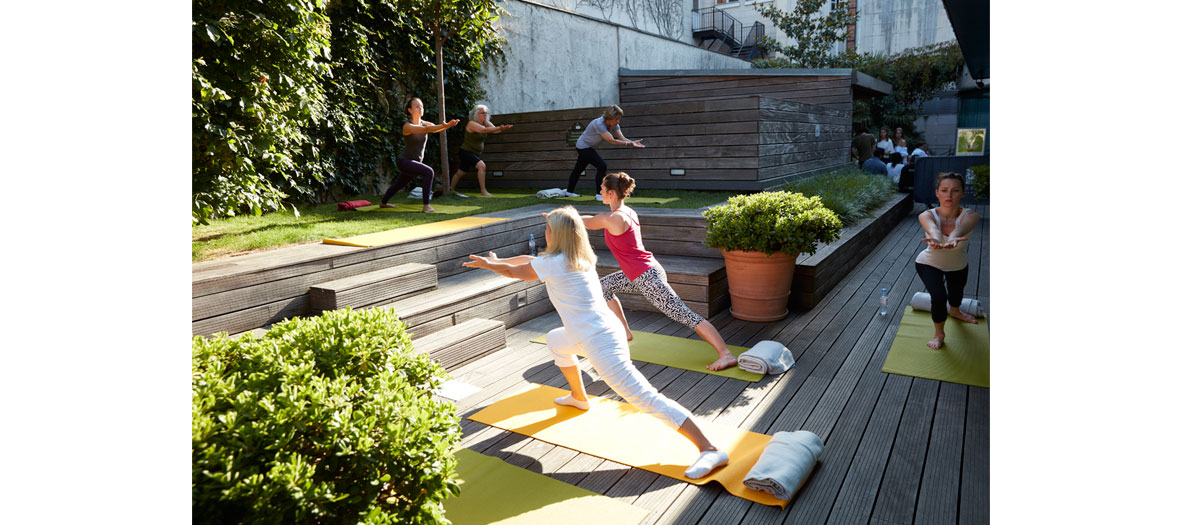 Séance de yoga sur en terrasse