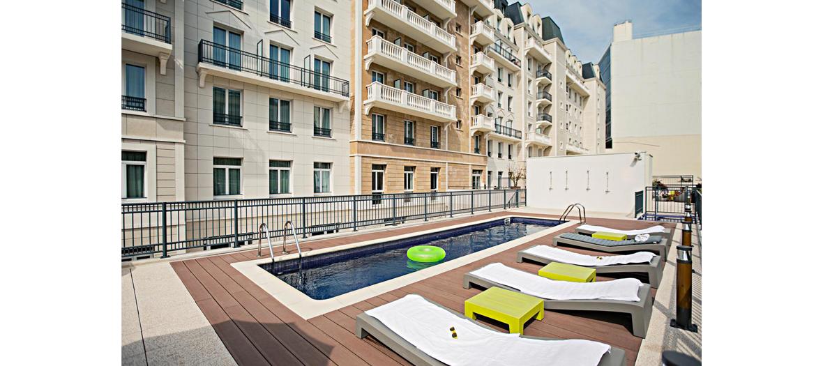 La piscine sur le rooftop de The Student Hotel Paris à La Défense.