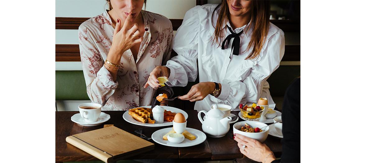 Petit-dejeuner au café Verlet avec Brioche Nanterre, beurre d'Echiré et confiture, œufs cocotte à la crème et fines herbes aux champignons, gaufres ou granola au chocolat accompagné de Fontainebleau