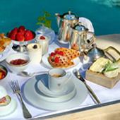 Petit dejeuner au bord de la piscine et une salle détente aux Alpilles