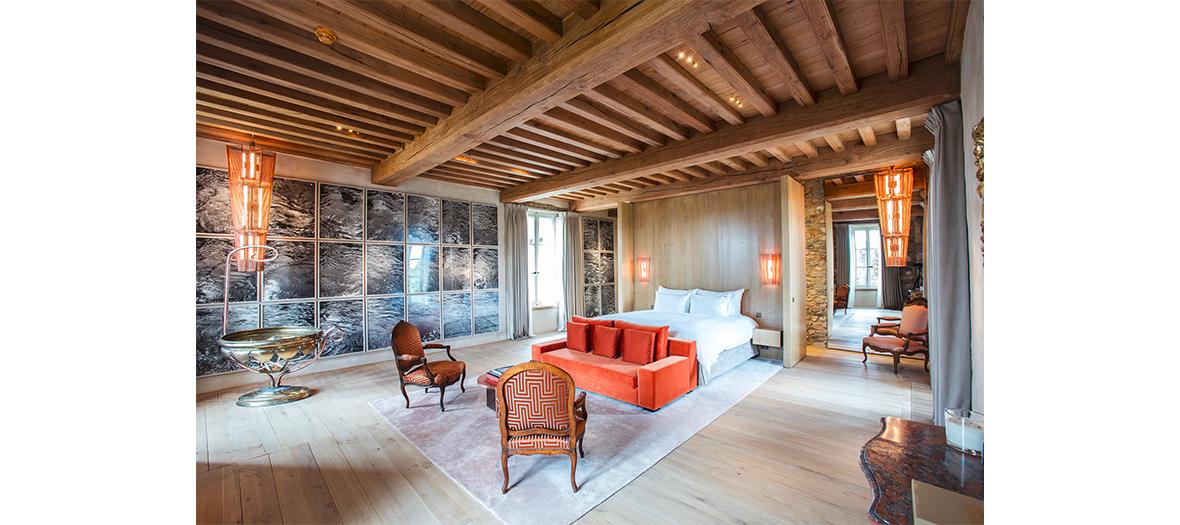 chambres ultra spacieuses 50m² environ, tout en bois, avec salle de bains individuelle douche et baignoire, télévision, canapé et petit bureau