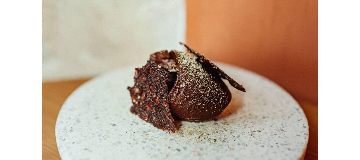 Dessert à base de ganache Haïti 85 % de chocolat Encuentro, tuiles au grué de cacao, poudre de câpres chez Alexandre Marchon