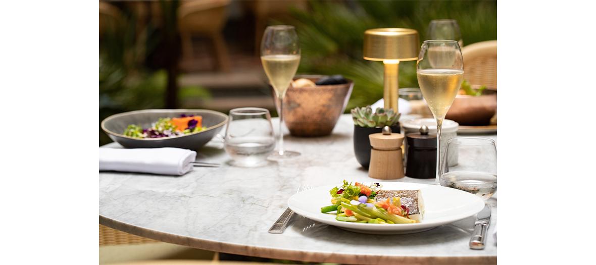 Verres de vins, salade niçoise au deux thons, mi-cuit et mariné aux Princes des Galles