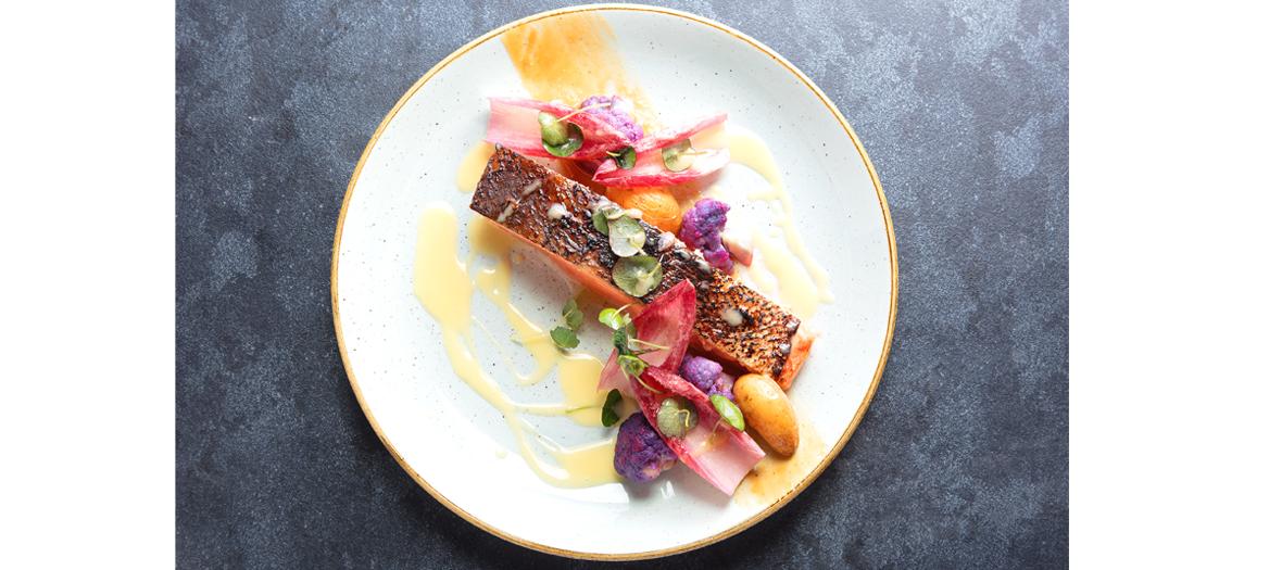 Saumon mariné au miso mi-cuit, peau croustillante, sauce datte yuzu