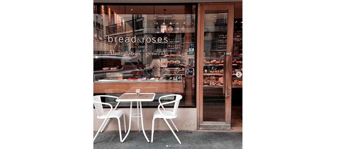 Façade de la boulangerie epicerie et terrasse bread and roses