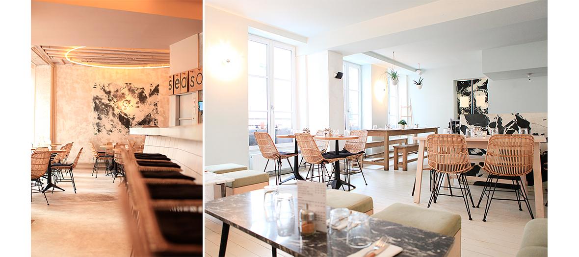 Décoration de la salle du restaurant Season avec des chaises en rotin et table en bois