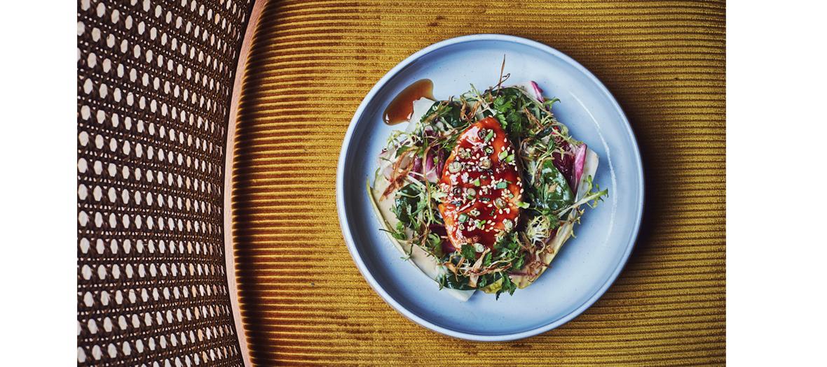 Plat de filet de bœuf sauce au poivre avec chou fleur rôti et burrata au pesto de coriandre du restaurant Nolinski