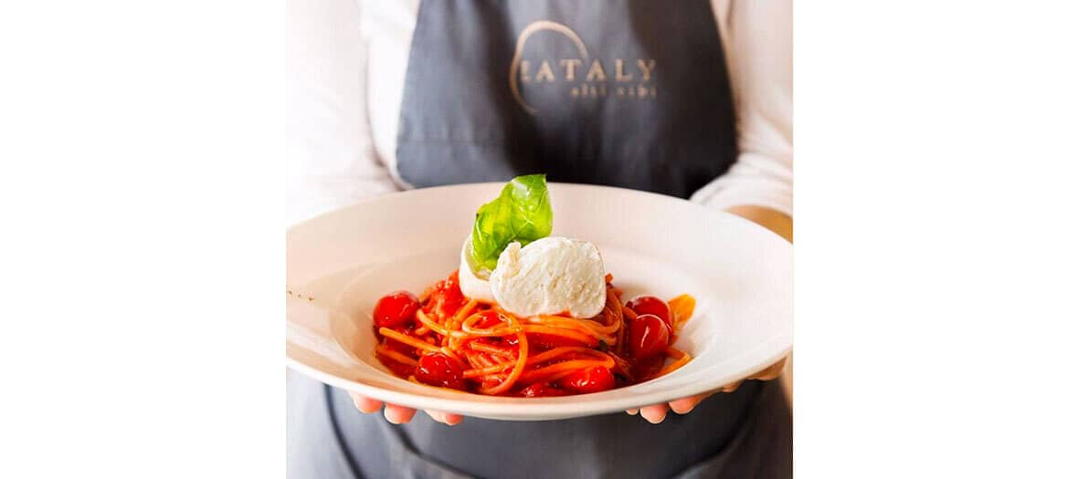 Recette de spaghetto de eataly avec les spaghetti Afeltra, la sauce tomate Cosi com'è, l'huile d'olive ROI et la merveilleuse mozzarella
