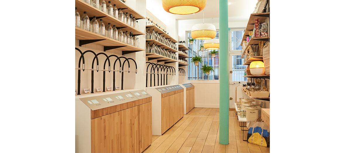 Décoration interieur du concept-store en bois The Naked Shop avec des bouteilles en verre
