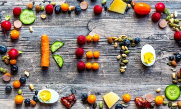 régime Kéto Minceur avec carotte, concombre, tomates, oeufs, Mozzarella, radis, éclats d'amandes, graines de sésame.