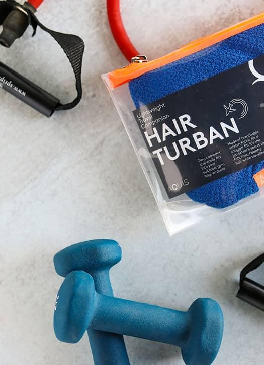 Le Hair Turban, une serviette séchante en tissu Aquitex ultra-léger qui sèche en un temps record les cheveux.