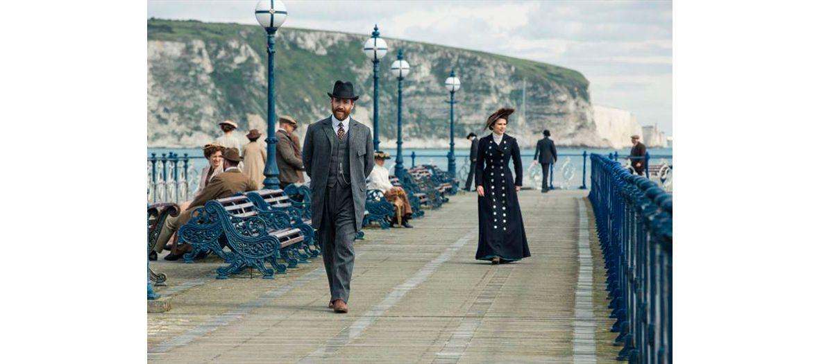 Philippa Coulthard et Anthony Hopkins acteurs de la serie Howards End