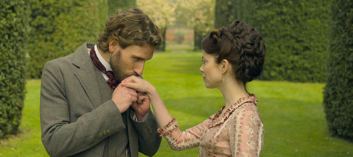 Edward Holcroft et Charlotte Hope dans la série The english game