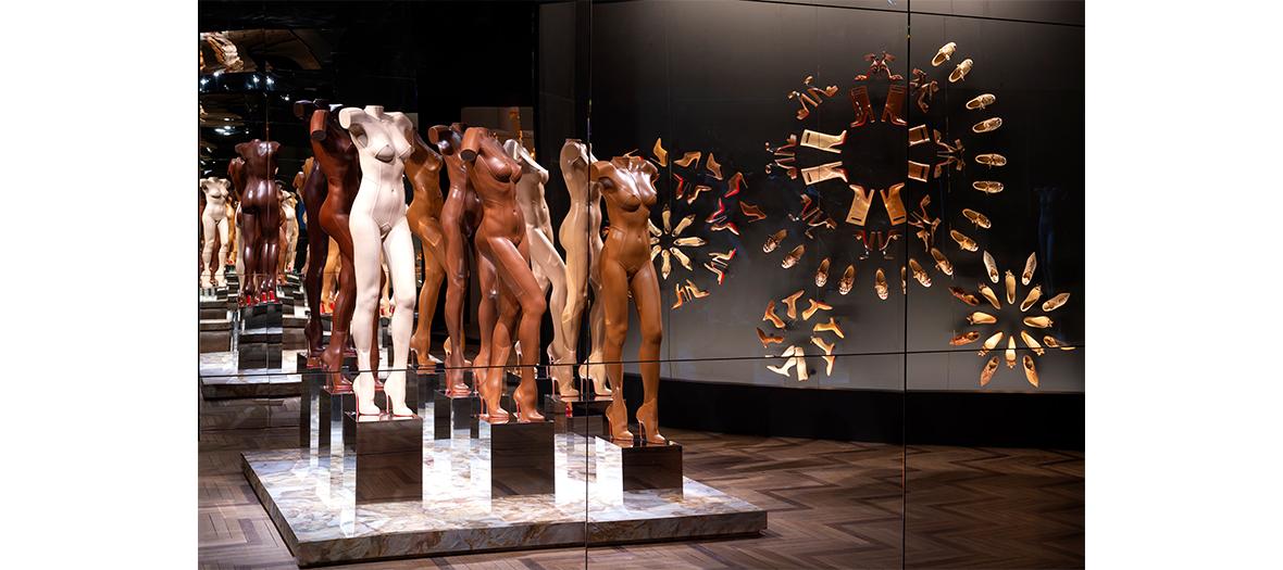 Mannequins recouverts de cuir à l'expo consécration du Palais de la Porte Dorée