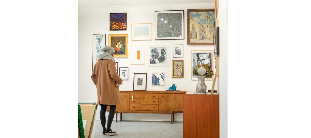 Tableaux colorés, tabouret recyclé, mobilier de bureau de la gallerie Esther & Paul