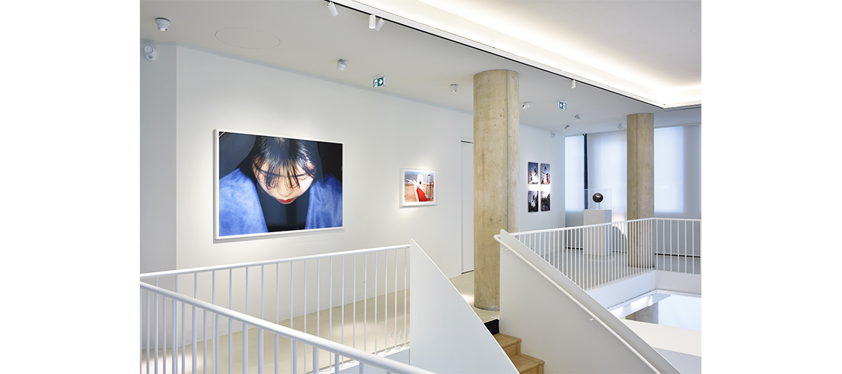 un espace blanc avec photographies, dessins, collages de la Galerie d'Art Lab D'Agnes B