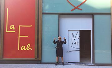 Portrait d'Agnes B devant sa Galerie d'Art La Fab