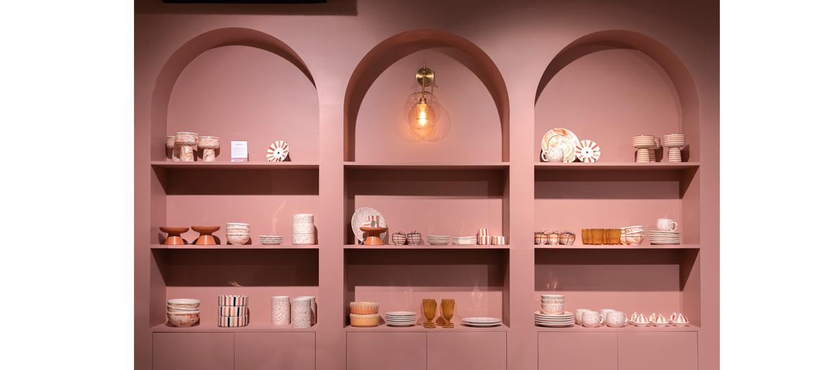 Etagères remplies de belle vaisselle toute rose et luminaires Art Déco imposants en laiton chez NV GALLERY
