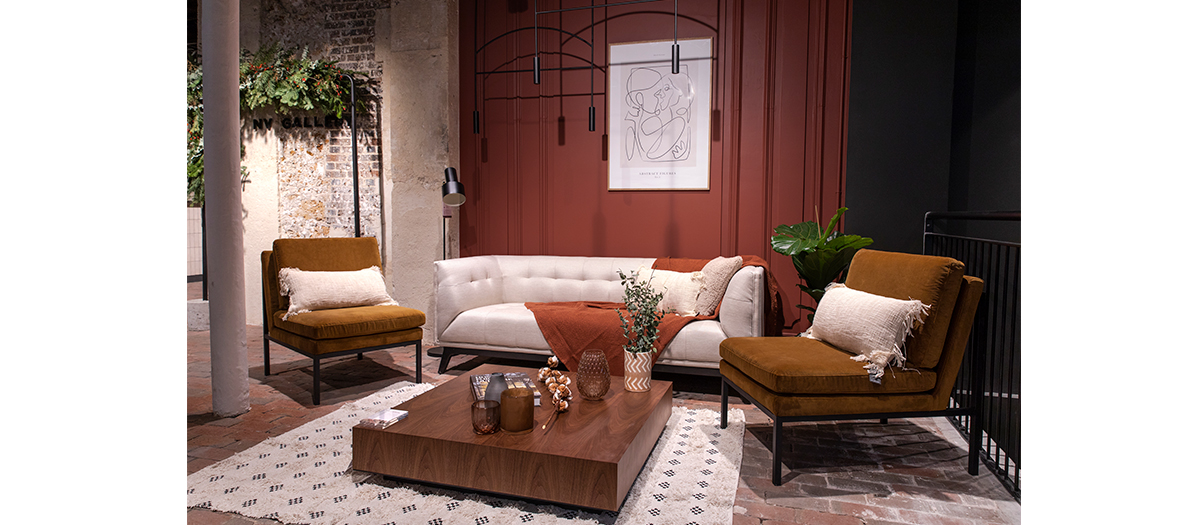 Velours flamboyants, céramiques authentiques, laiton profond et tissus tout doux, table basse noyer et métal chez NV GALLERY