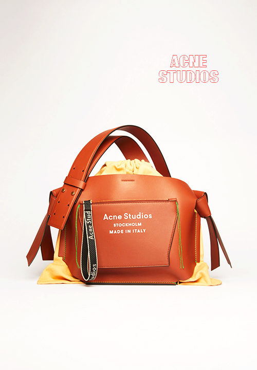 Dust-bag en cuir Musubi Mini marron amande, Acne Studios
