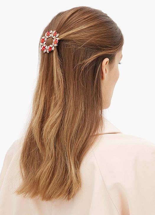une barrette ronde à ornements cristaux qui rappelle les couronnes de la Grèce antique, pour sophistiquer et maintenir avec un fermoir barre qui ne casse pas le cheveu.