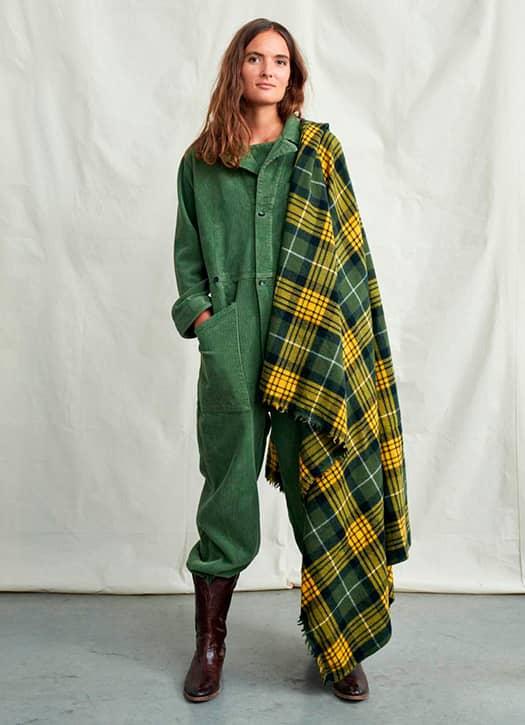 Combinaison en velours côtelé, couverture tartan et santiags Bellerose