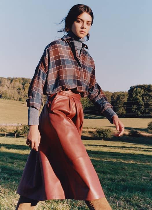Chemise à carreaux, jupe en cuir, bottes en cuir le tout Sessùn