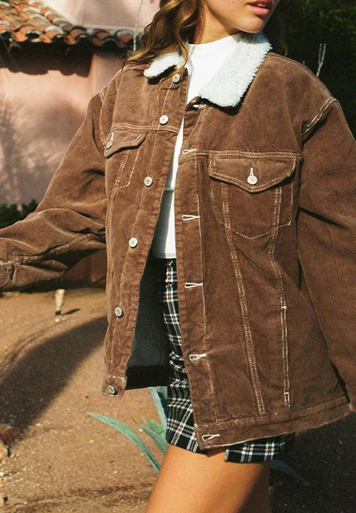 T-shirt court à motif,  blouson fourré en velours côtelé, jupe à tartan Brandy Melville